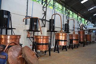 Alambics utilisés pour produire de l'huile essentielle d'ylang-ylang à Nosy Be